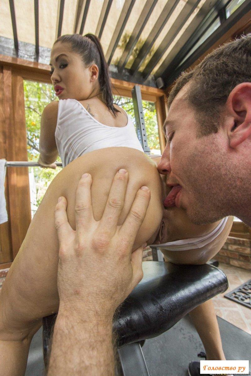 Секс с раздетой азиаткой в тренажерном зале