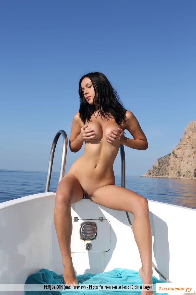 Эротика шалавы с пухленькими сосками на яхте