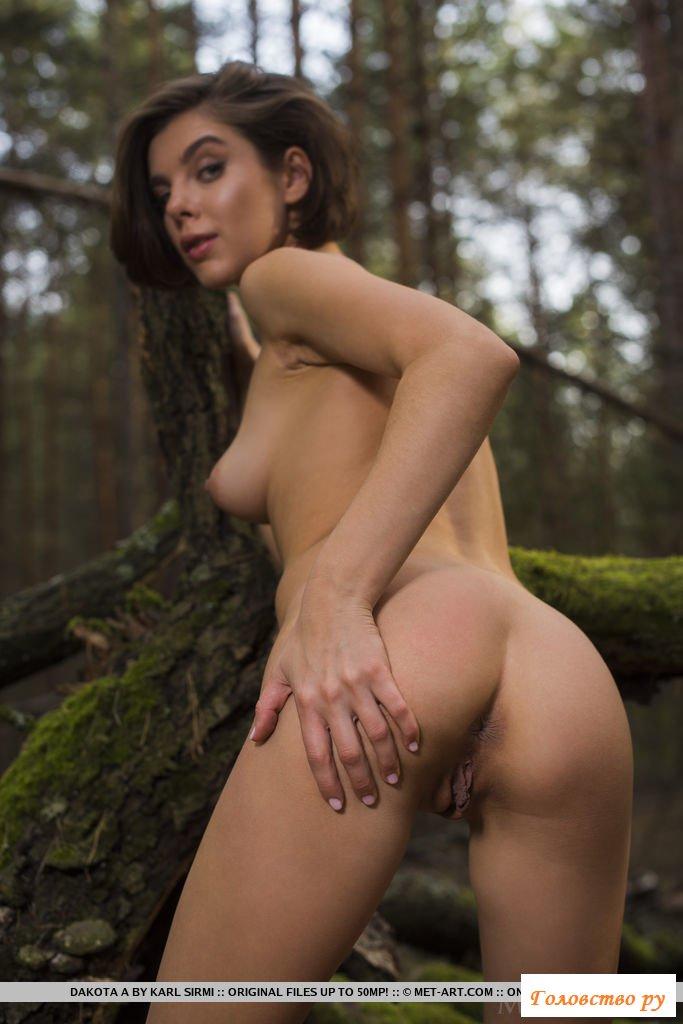 Обнаженная снимает свою пизду в лесу