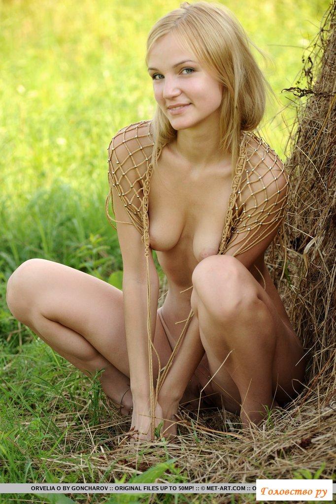 Эротика шикарной блондинки на сене