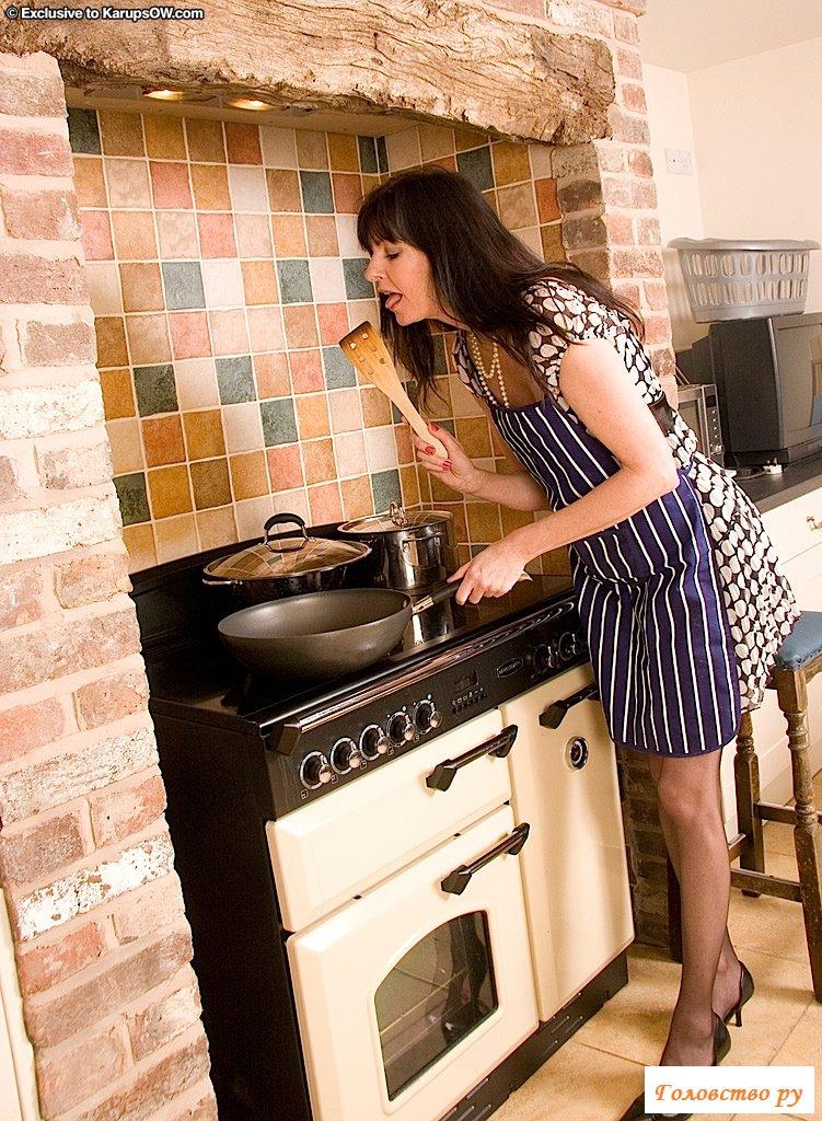 Обнаженная домохозяйка показала пизду на кухне