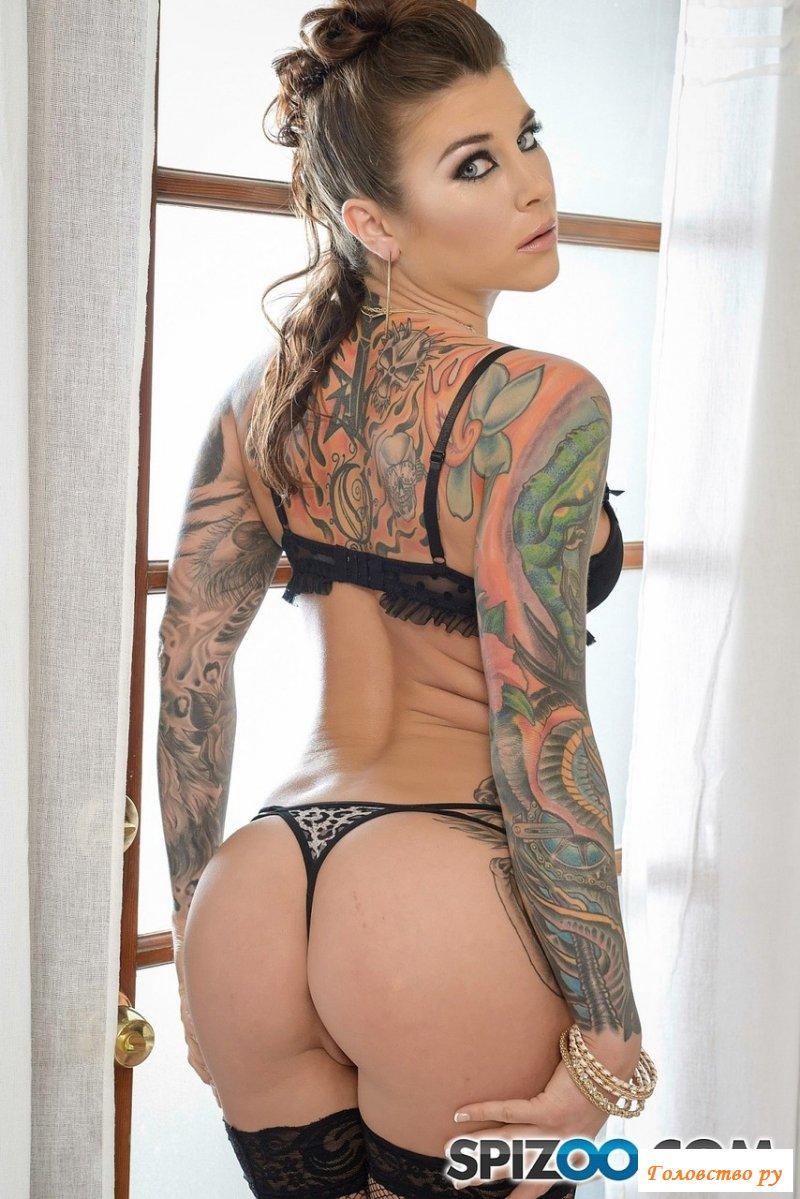 Татуированная голая профурсетка сосет стоячий член