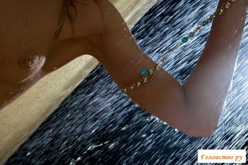 Обнаженная влажная блондинка принимает душ