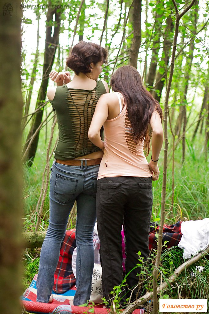 Обнаженные девушки спрятались в лесу