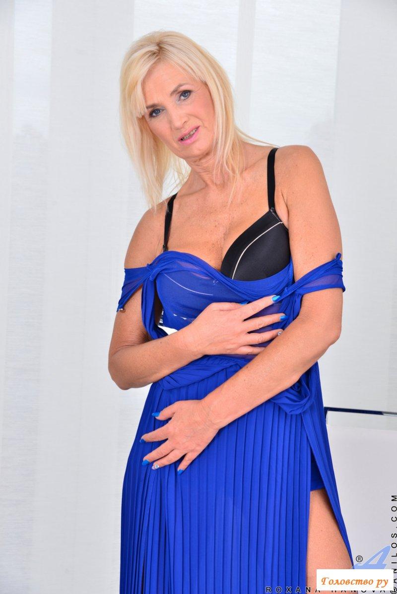 Обнаженная пенсионерка в шикарном вечернем платье