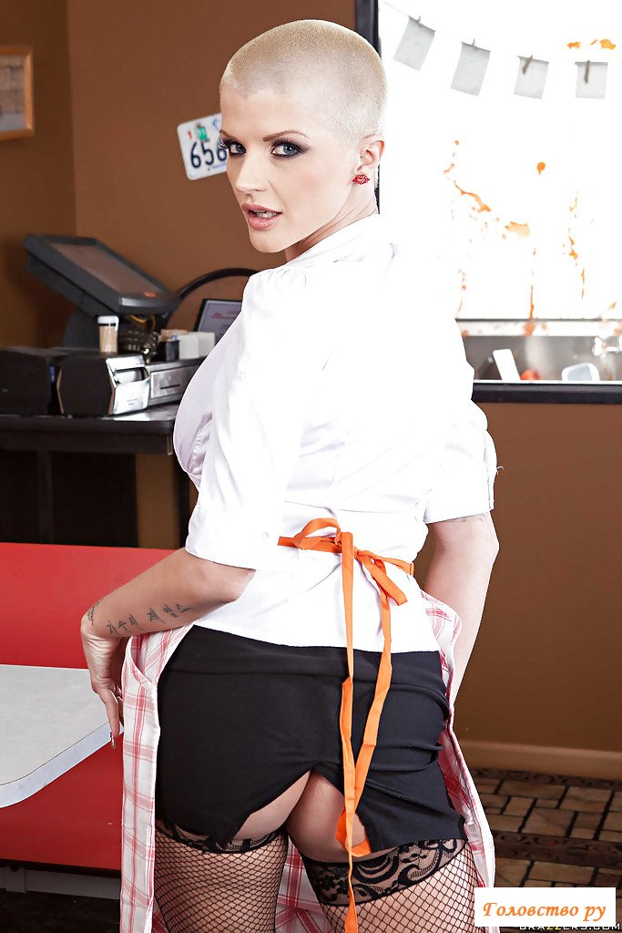 Эротика лысой официантки в кафе