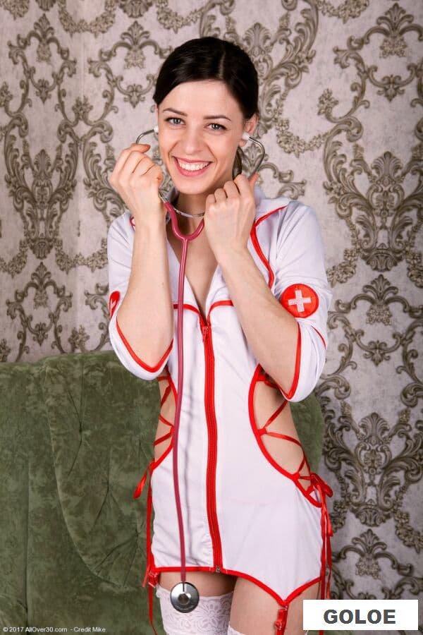 Обнаженная медсестра с небритой пиздой