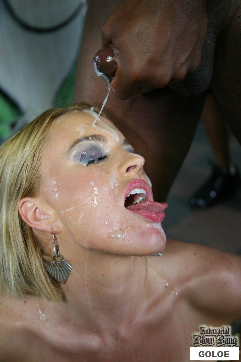 Обнаженная Krissy Lynn принимает сперму от негров