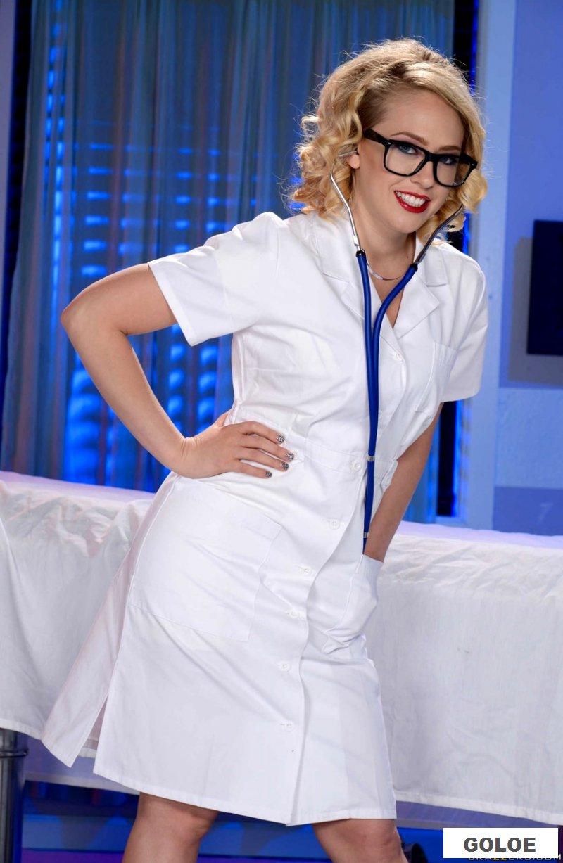 Обнаженная медицинская сестра в латексной униформе