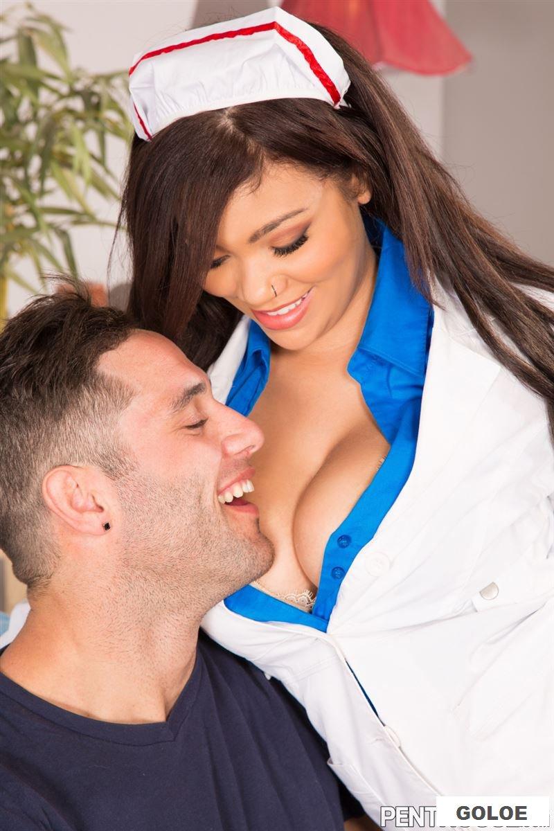 Кончил на обнаженные титьки медсестры