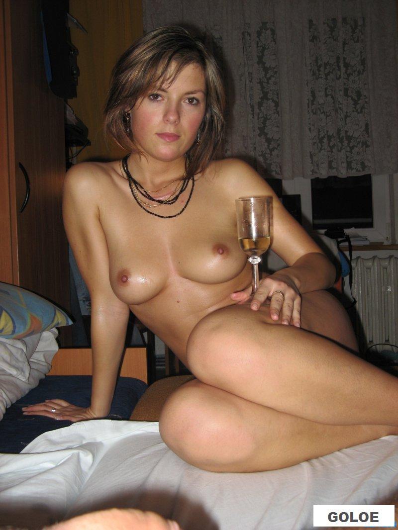 Голая деваха возбуждается от алкоголя