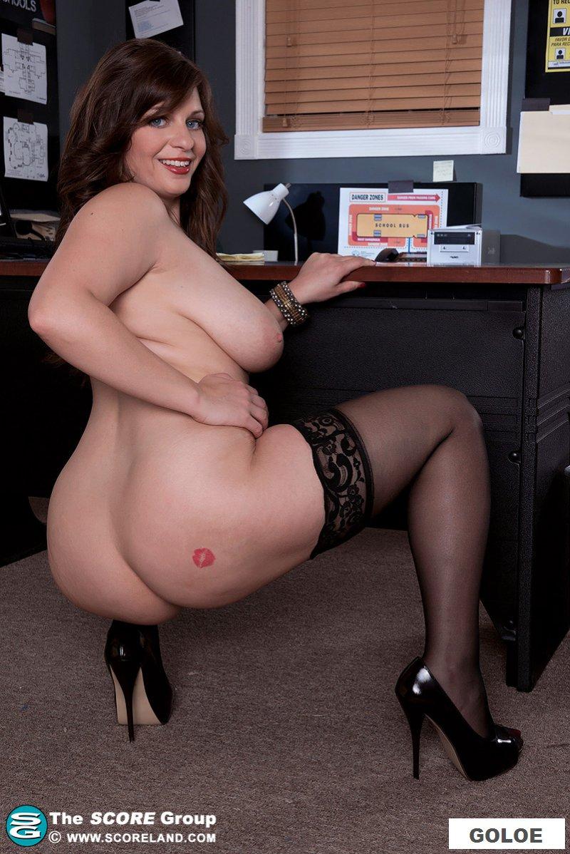 Раздетая толстушка раздвигает ноги на работе