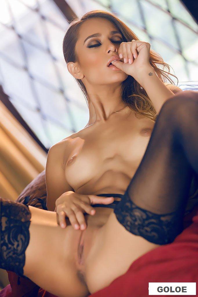 Голая загорелая модель Uma Jolie