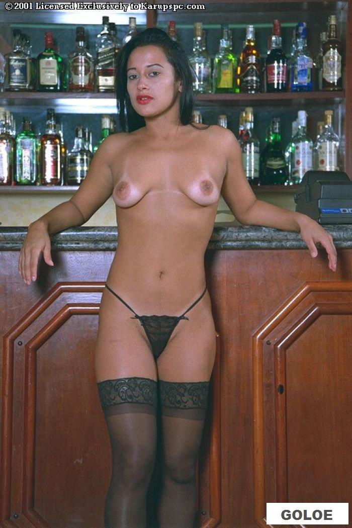 Обнаженная посетительница бара на барной стойке