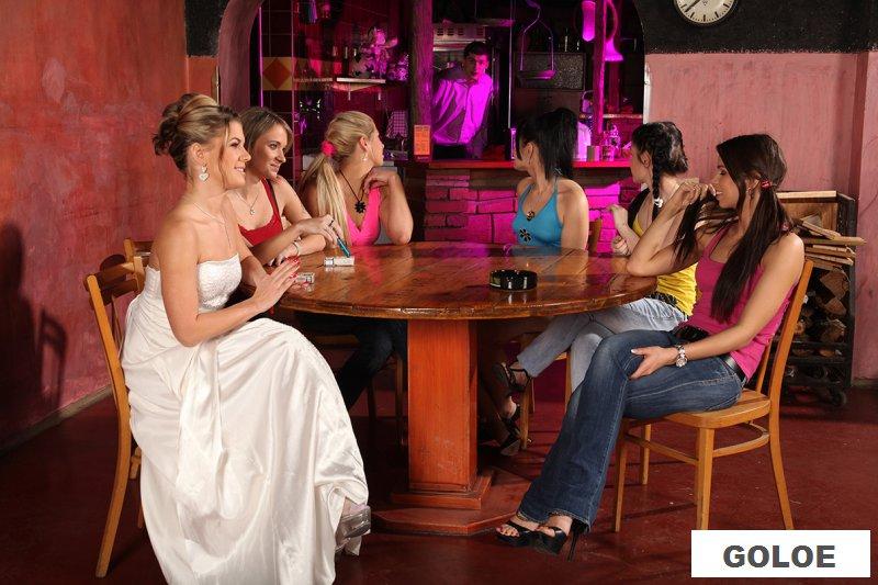 Обнаженную невесту выебали на девичнике