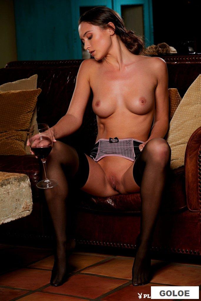 Обнаженная пьяная девушка
