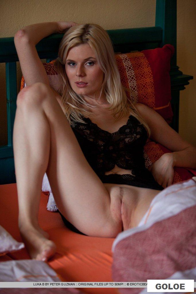 Эротика пьяной блондинки в постели