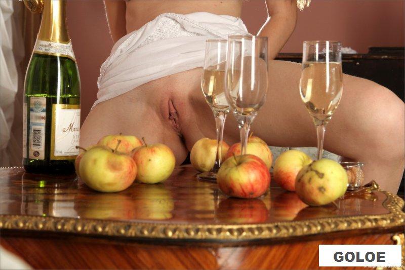 Обнаженная веселая красотка обливает пизду шампанским