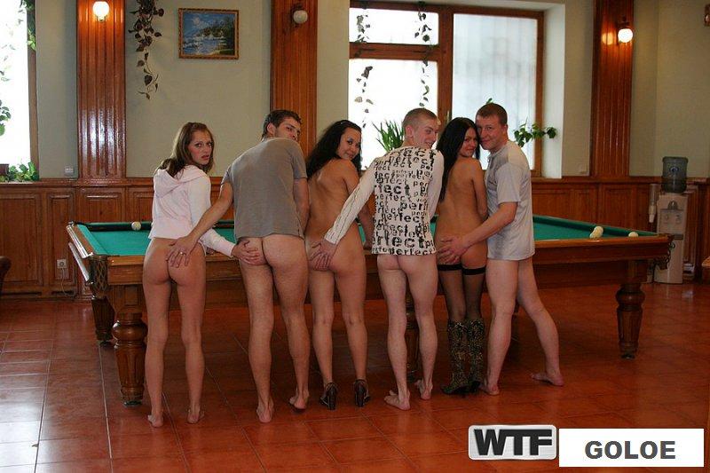 Групповая ебля с обнаженными телками на вечеринке