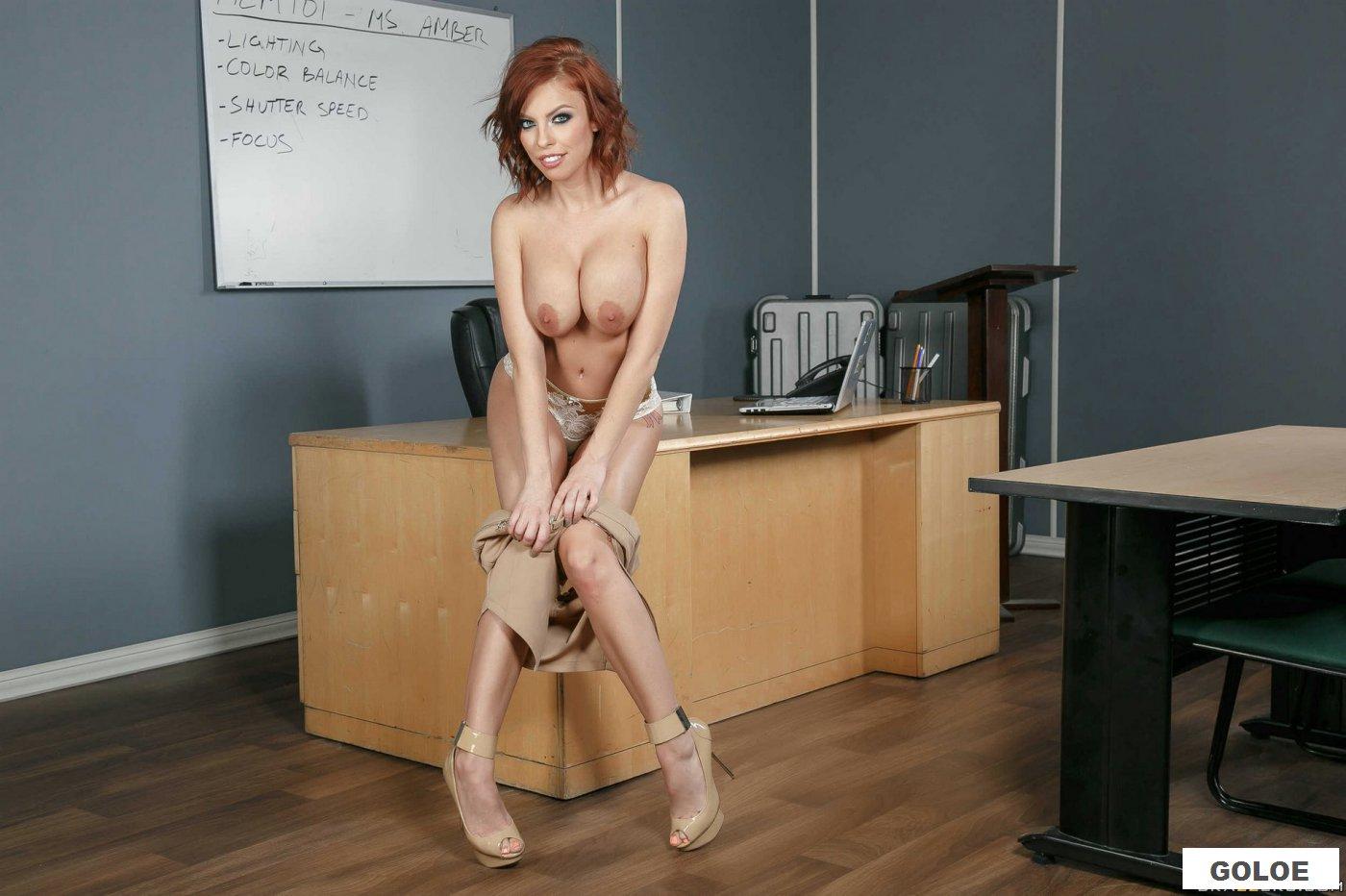 Голая длинноногая училка на столе
