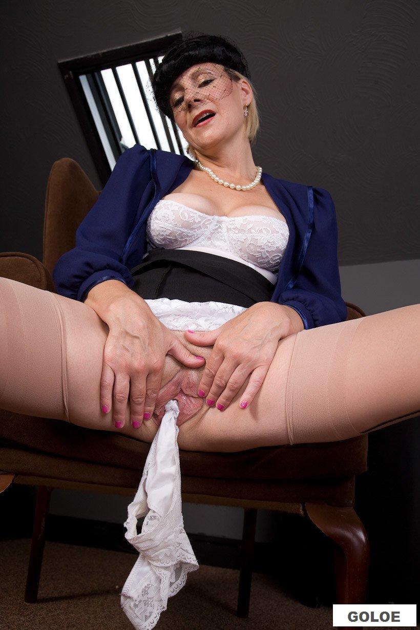Обнаженная вдова ласкает киску