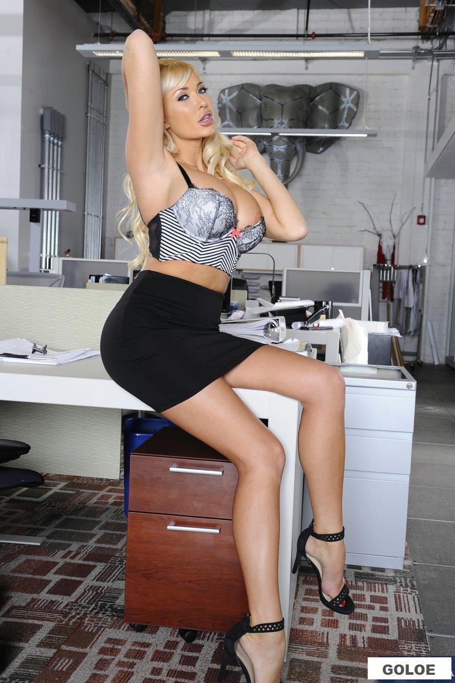 Эротика большегрудой блондинки в приемной