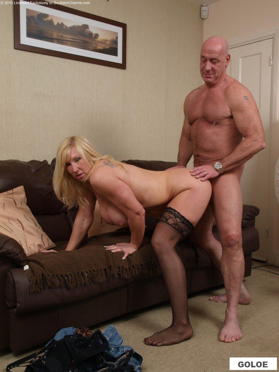 Порно с веселой бабушкой на диванчике