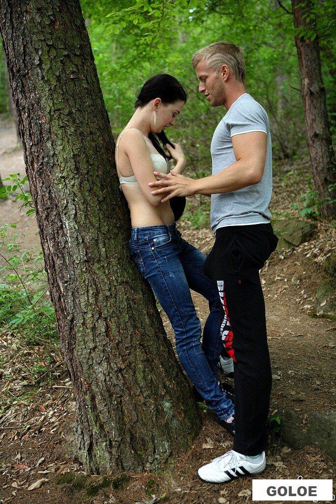 Порно молодой пары в лесу