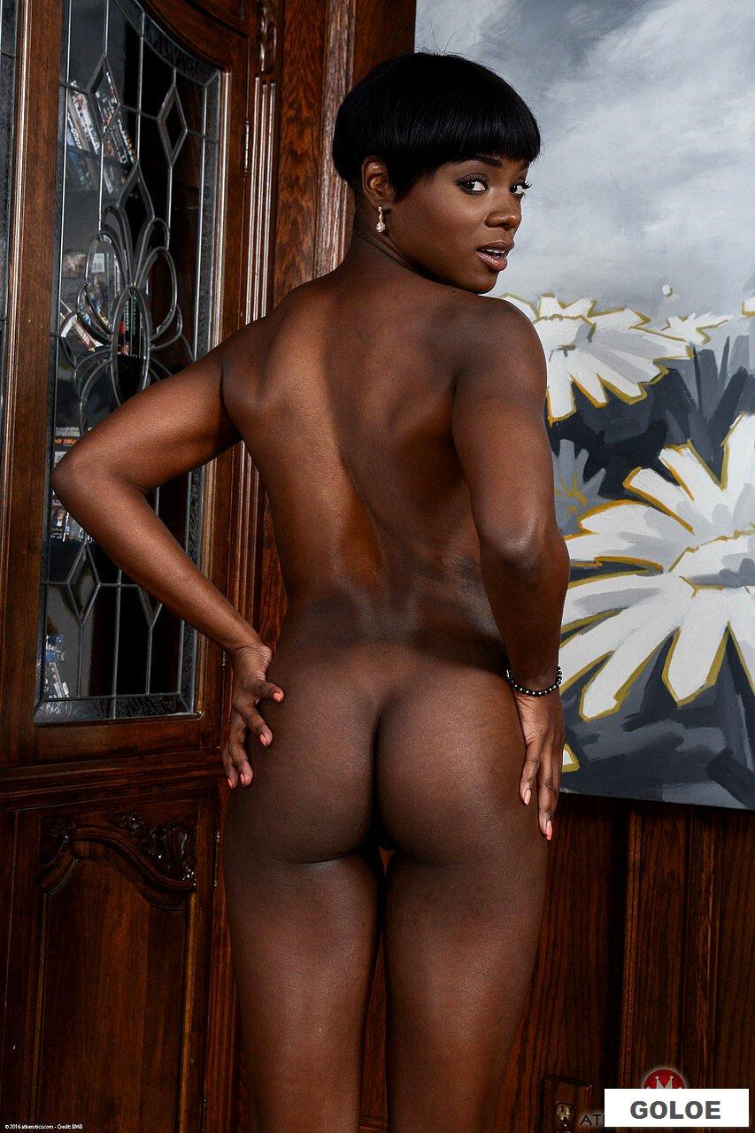 Голая негритянка на стуле